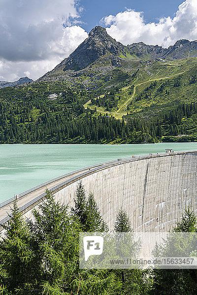 Staudamm Speicher Kops gegen Berg  Vorarlberg  Österreich  Europa