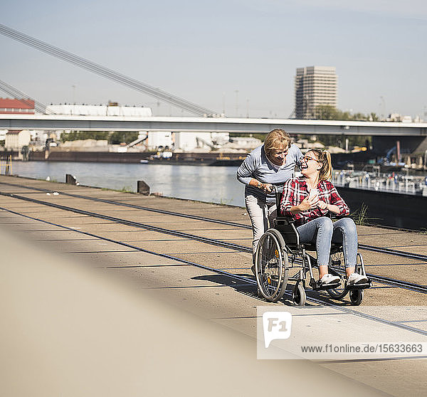 Großmutter mit ihrer Enkelin im Rollstuhl sitzend