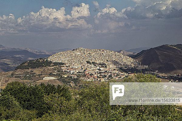 Ansicht von Häusern auf Berg gegen Himmel bei Gangi  Sizilien  Italien