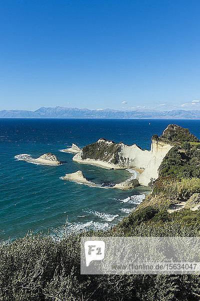 Korfu vor blauem Himmel bei sonnigem Wetter  Ionische Inseln  Griechenland
