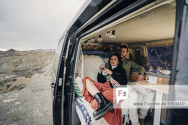Junges Paar im Wohnmobil in einer Wüstenlandschaft  Almeria  Andalusien  Spanien