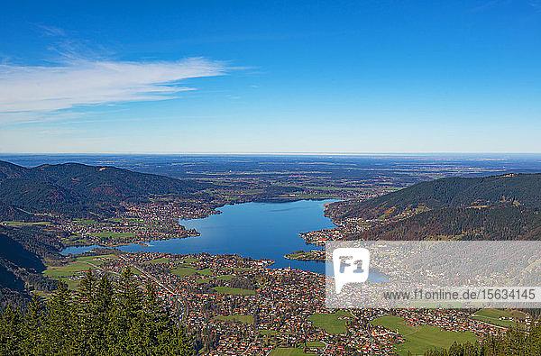 Aussicht auf den Tegernsee und die Wallberge bei blauem Himmel am sonnigen Tag  Bayern  Deutschland