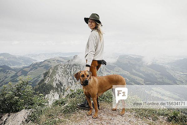 Frau mit Hund auf Aussichtspunkt  Grosse Mythen  Schweiz