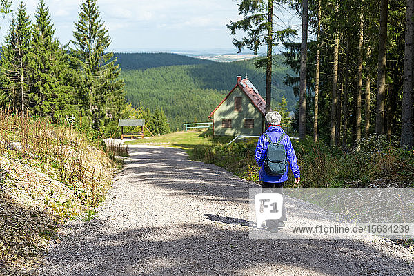 Seniorin beim Wandern auf der Schlossbergkanzel  Oberhof  Thüringen  Deutschland