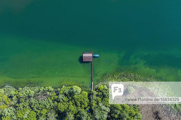 Deutschland  Bayern  Luftaufnahme des am grünen Ufer des Chiemsees stehenden Bootshauses