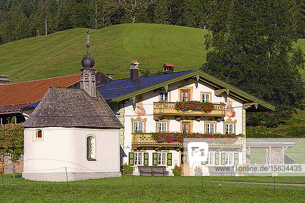 Deutschland  Bayern  Oberbayern  Isarwinkel  Jachenau  Bauernhaus mit Fresken von FranzKarner