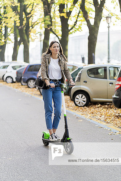 Junge Frau mit E-Scooter in Verona  Italien