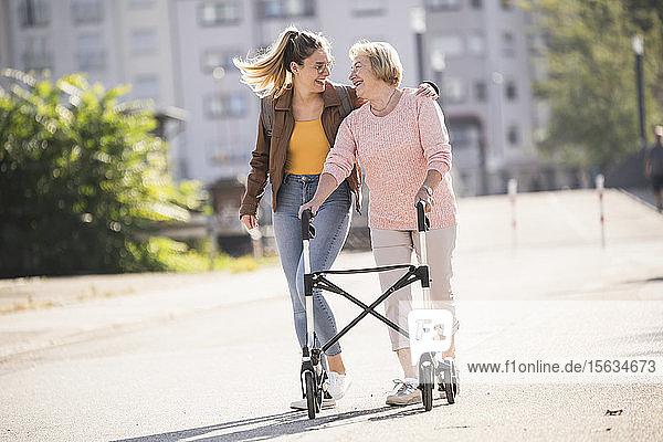 Enkelin umarmt ihre Großmutter