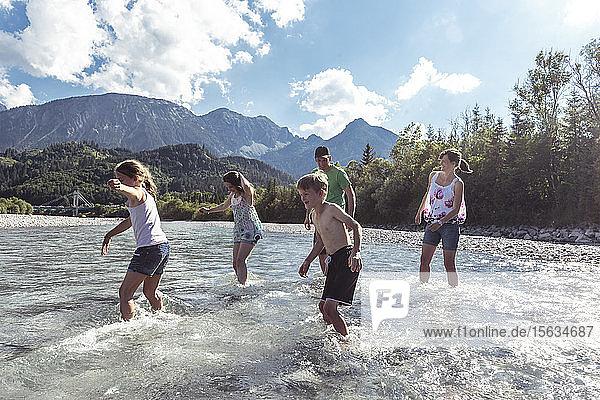 Familie über den Lech  Allgäu  Reutte  Tirol  Österreich