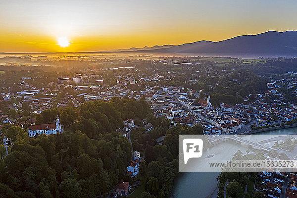 Luftaufnahme von Bad Tölz gegen den Himmel bei Sonnenaufgang  Isarwinkel  Deutschland