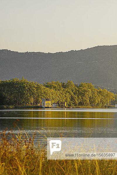 Häuser am Ufer des Sees Estany de Banyoles  Gerona  Spanien
