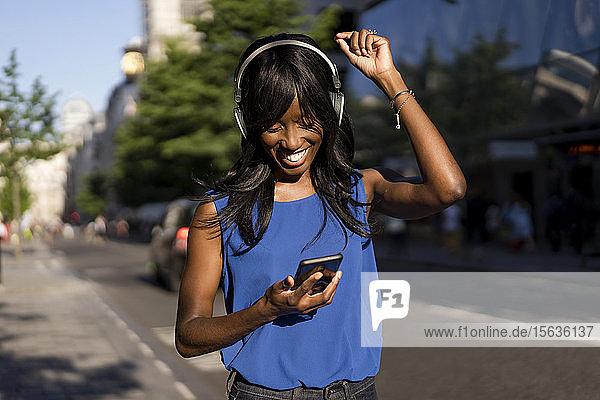 Weibliche Afroamerikanerin beim Musikhören in London  England  Großbritannien