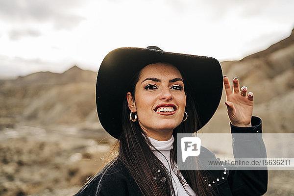 Porträt einer lächelnden jungen Frau in einer Wüstenlandschaft  Almeria  Andalusien  Spanien