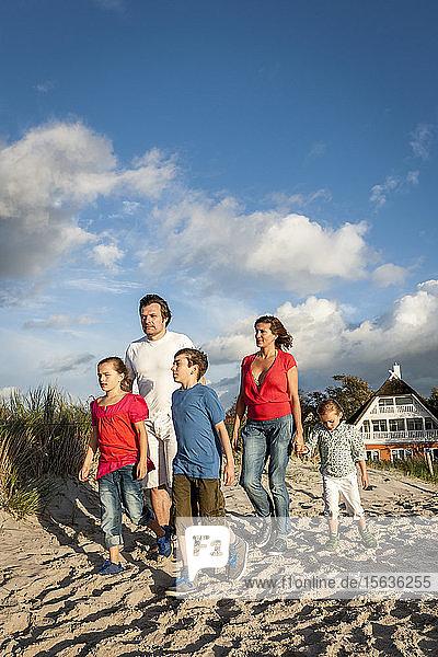 Familienspaziergang am Strand  Darß  Mecklenburg-Vorpommern  Deutschland