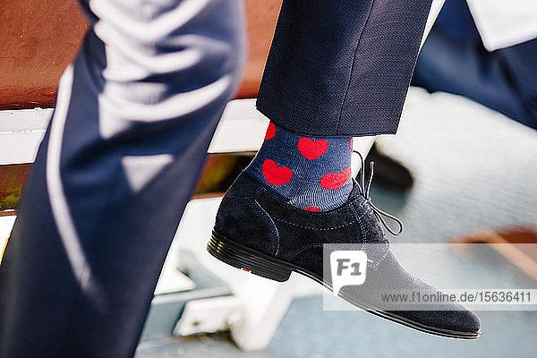 Niedriger Teil eines Mannes mit Socken in Herzform bei einer Zeremonie
