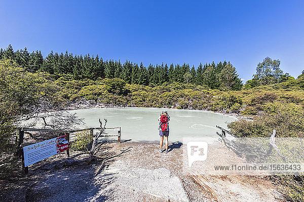 Weibliche Touristin am Sulphur Lake  Hell's Gate  Tikitere  Rotorua  Nordinsel  Neuseeland