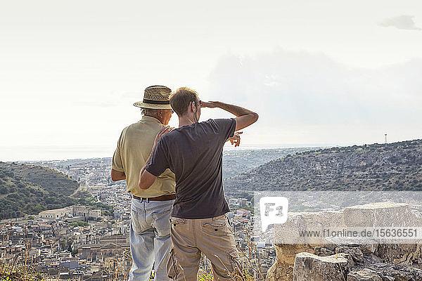 Vater und Sohn schauen nach Scicli  Sizilien
