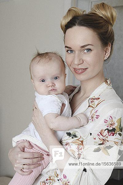 Porträt einer Mutter mit ihrem süßen Baby zu Hause