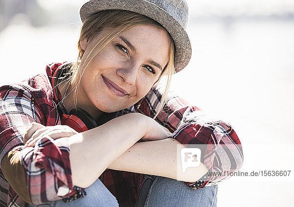 Porträt einer jungen lächelnden Frau mit Hut