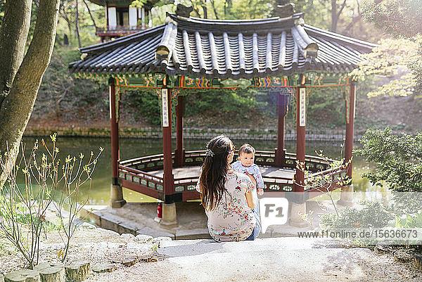 Mutter und kleines Mädchen besuchen Pagode im Geheimen Garten  Changdeokgung  Seoul  Südkorea