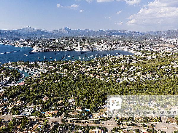 Spanien  Balearen  Mallorca  Luftaufnahme von Santa Ponca  Serra de Tramuntana im Hintergrund