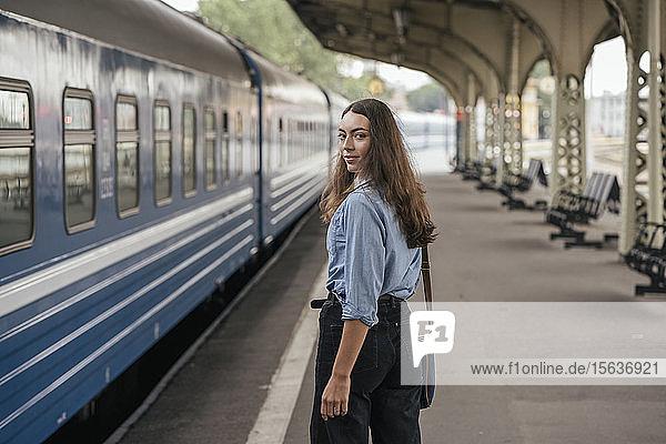 Junge weibliche Reisende am Bahnhof