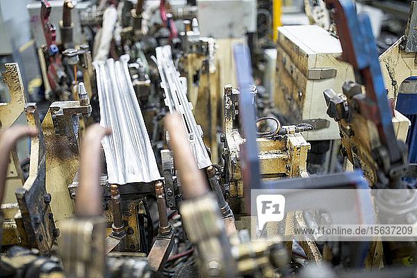 Nahaufnahme von Komponenten in einer Autofabrik