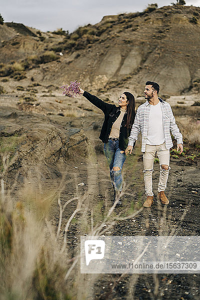 Junges Paar geht Hand in Hand durch die Wüstenlandschaft  Almeria  Andalusien  Spanien