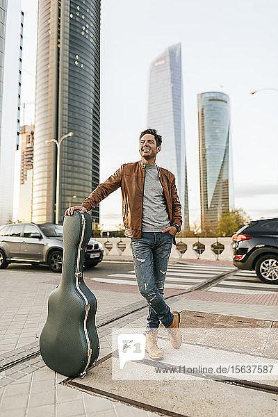Mann mit Gitarre in der Stadt  Madrid  Spanien
