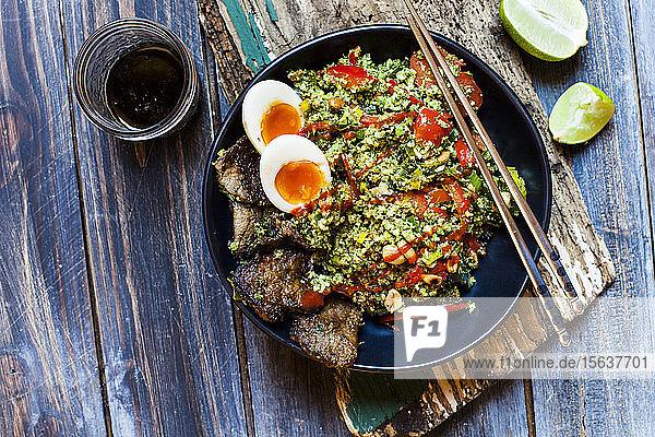 Gebratener Brokkoli-Reis nach thail�ndischer Art (gehackter Brokkoli) mit Rindfleischscheiben  Eiern und scharfer Soße (ketogene Di�t  Pal�o-Di�t  Low-Carb)