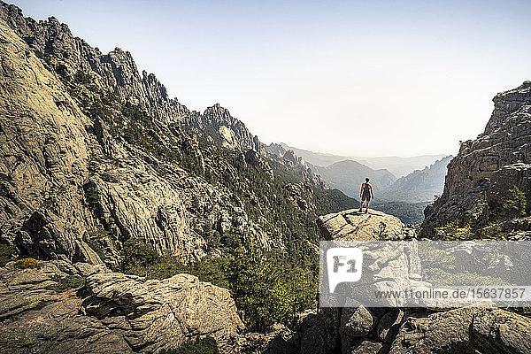 Wanderin auf Aussichtspunkt stehend  Aiguilles de Bavella  Korsika  Frankreich