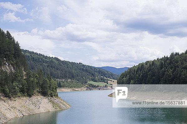 Ruhiger Blick auf den Zaovine-See und die Berge bei bewölktem Himmel im Tara-Nationalpark  Serbien