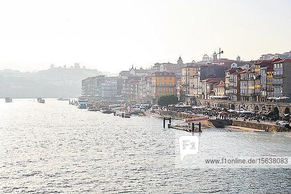 Portugal  Porto  Stadt am Wasser vom Douro aus gesehenÂ