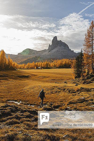 Wanderin beim Wandern in den Dolomiten  Cortina  Italien