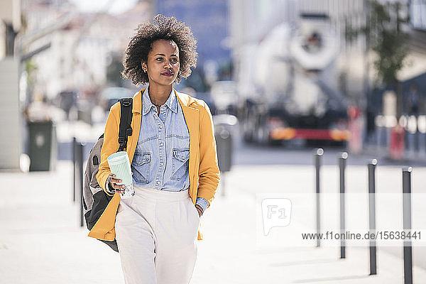 Junge Frau in der Stadt unterwegs