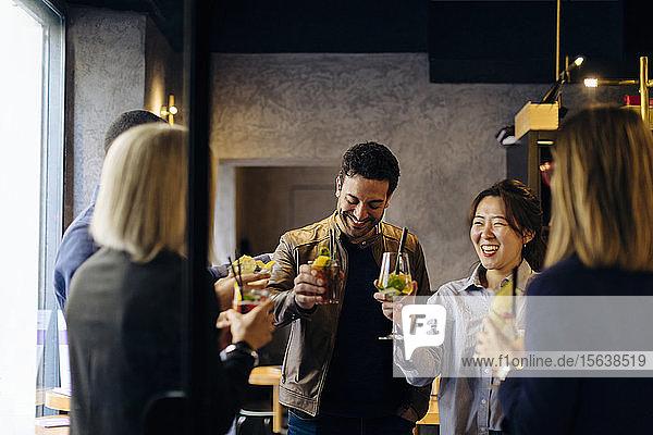 Kollegen  die nach der Arbeit in einer Bar feiern