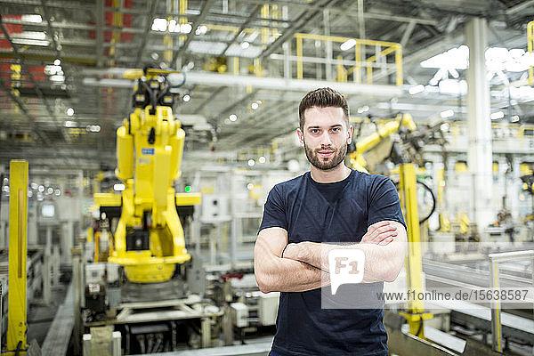 Porträt eines selbstbewussten Arbeiters in einer modernen Fabrik