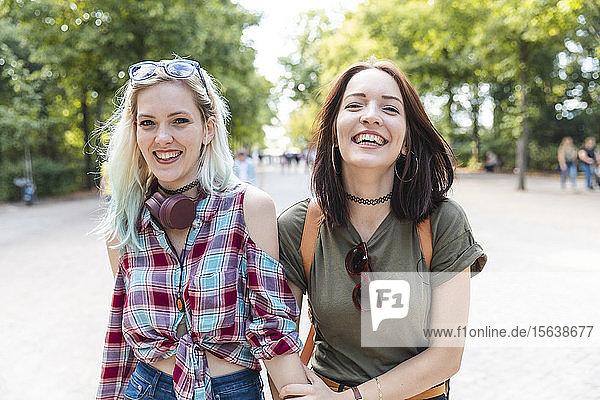 Porträt von zwei glücklichen Freunden zusammen in einem Park