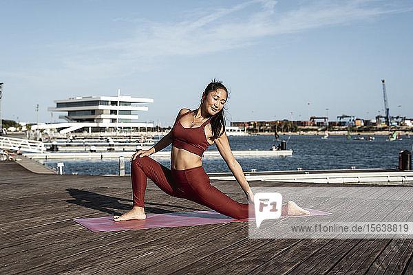 Asiatische Frau  die Yoga praktiziert Asiatische Frau, die Yoga praktiziert