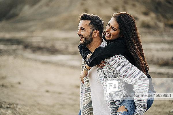 Fröhliches junges Paar in Wüstenlandschaft  Almeria  Andalusien  Spanien