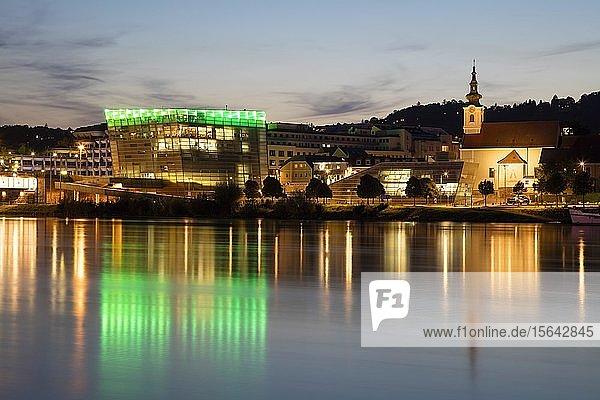 Donauufer mit Ars Electronica Center in der Abenddämmerung  Linz  Oberösterreich  Österreich  Europa