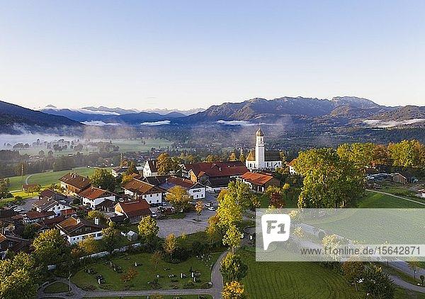 Gaißach im Morgenlicht  Isartal mit Brauneck und Benediktenwand  Isarwinkel  Luftbild  Oberbayern  Bayern  Deutschland  Europa