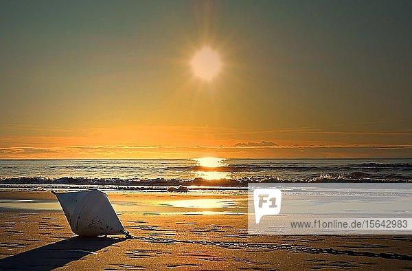 Boje liegt am Strand  Sonnenuntergang  Sankt Peter Ording  Nordsee  Schleswig-Holstein  Deutschland  Europa