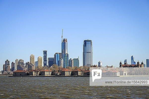 Ausblick vom Hudson River auf die Skyline von Jersey City  New Jersey  USA  Nordamerika