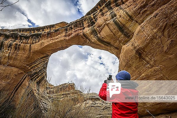 Tourist fotografiert Felsbogen  Sipapu Bridge  Natural Bridges National Monument  Utah  USA  Nordamerika