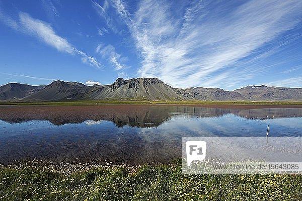 Seenlandschaft mit Vulkanbergen  Halbinsel Snæfellsnes  Snaefellsnes  Westisland  Island  Europa