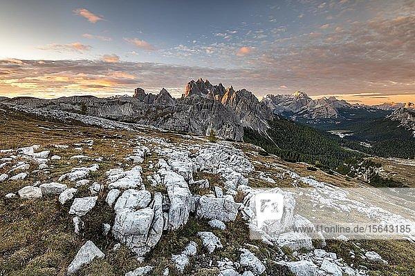 Die zackigen Gipfel der Cadini di Misurina bei Morgenstimmung  Sextner Dolomiten  Südtirol  Alto-Adige  Italien  Europa