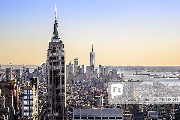 Ausblick auf Midtown und Downtown Manhattan und Empire State Building vom Top of the Rock Observation Center  Rockefeller Center  Manhattan  New York City  New York State  USA  Nordamerika