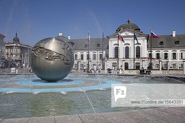 Brunnen vor dem Präsidentenpalais  Palais Grassalkovich  Bratislava  Slowakei  Europa