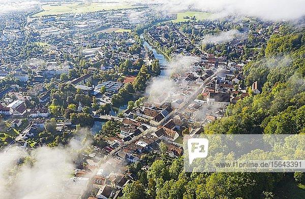 Luftaufnahme  Altstadt von Wolfratshausen mit Loisach und Kirche St. Andreas im Morgennebel  Oberbayern  Bayern  Deutschland  Europa